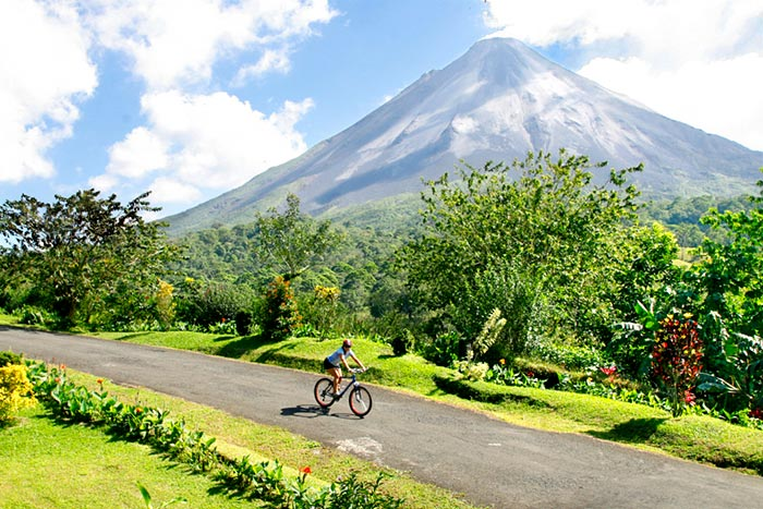www.backroads.com/sites/default/files/trips/2018/slideshow/BCRI-costa-rica-bike-tour-1.jpg